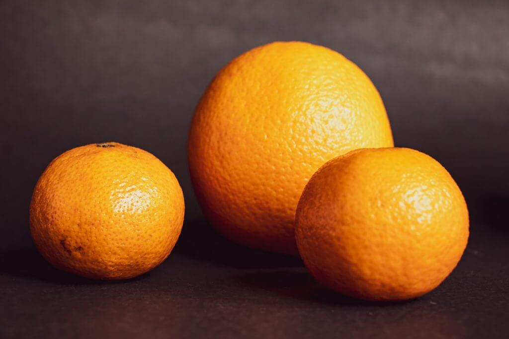 A photo of different sized oranges
